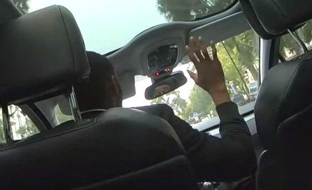 Kuljettaja ei suostunut päästämään asiakkaitaan ulos taksista.