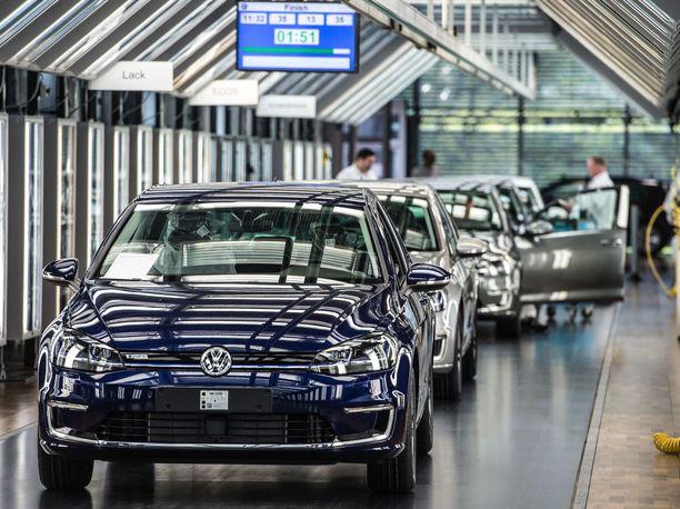 Sähköistyy. Eurooppaan on tulossa ennätysmäärä uusia hybridi- ja täyssähköautoja.