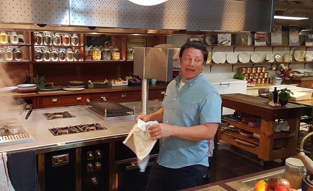 Jamie Oliver laittoi toimistonsa demokeittiössä ruokaa isolle joukolle toimittajia. Samaan aikaan valmistui useampi ruokalaji, joten superkokilla oli vauhti päällä.
