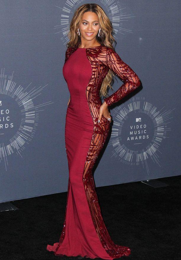 Beyoncé näyttäytyi gaalassa todella kauniina. Hän myös esiintyi gaalassa, eikä 15 minuutin mittainen show jättänyt ketään kylmäksi.