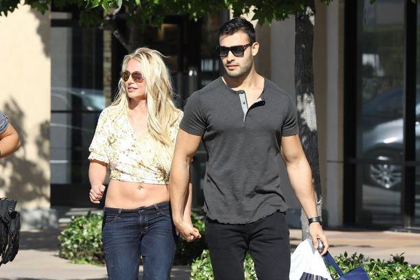 Britney Spears ja Sam-rakas nauttivat ostoskierroksesta aurinkoisessa säässä.