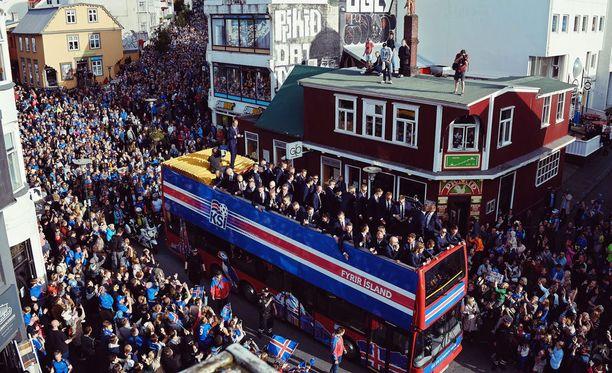 Islannin maajoukkue tervehti fanejaan kaksikerroksista bussista käsin.