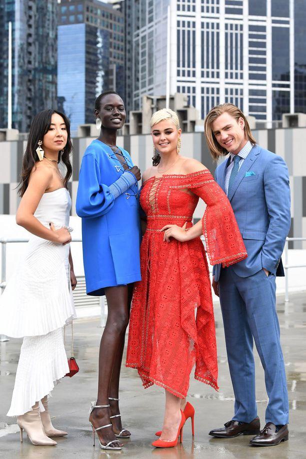 Stefania Melbournen muotiviikoilla yhdessä muiden muotiviikkojen mallikasvojen kanssa.