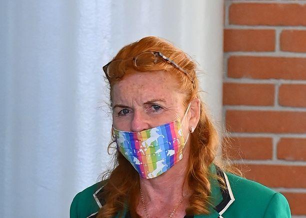 Herttuatar Sarah on viime aikoina bongattu muun muassa värikkäässä kasvomaskissa.