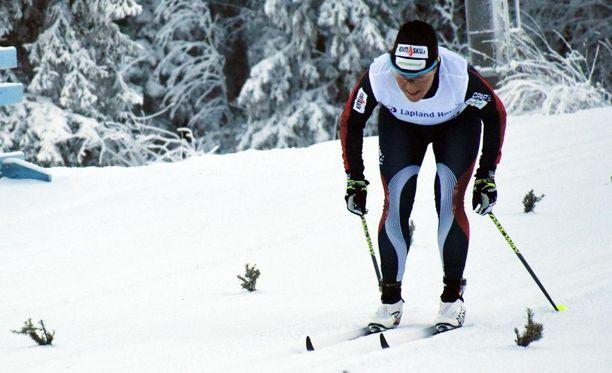 Aino-Kaisa Saarinen pukkasi tasatyöntöä Oloksen kisojen maalisuoralla. Hän oli 5 kilometrin mittelössä kolmas.
