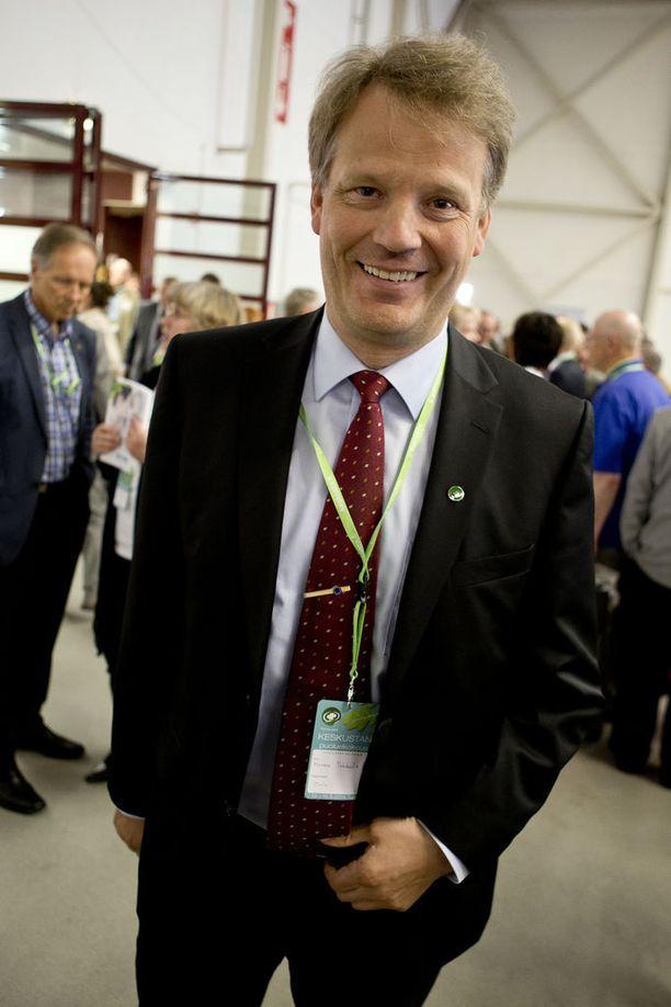 Keskustan meppi Hannu Takkula kertoo turhaan yrittäneensä saada virkapassin parlamentin työmatkoja varten.