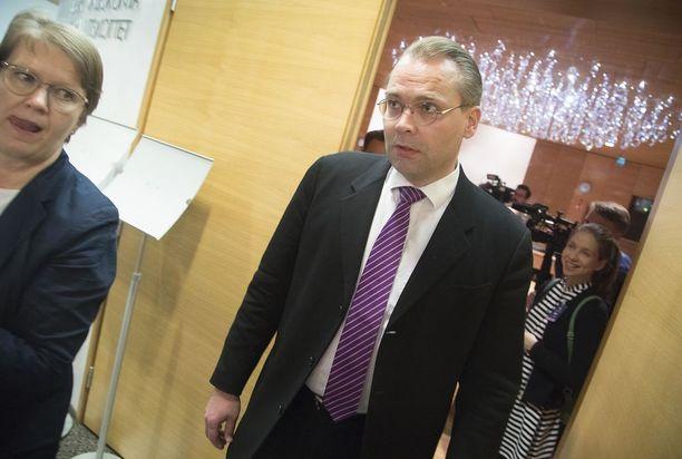 Jussi Niinistö (sin) on Juha Sipilän (kesk) hallituksen puolustusministeri.