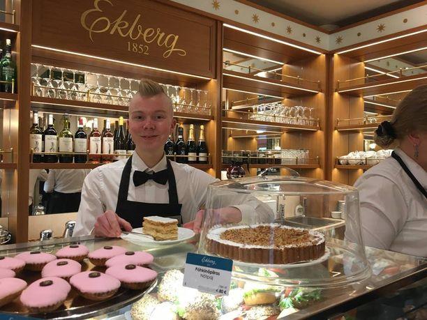Eetu Ollila ja kahvilan suosituin leivos, napoleoninleivos.