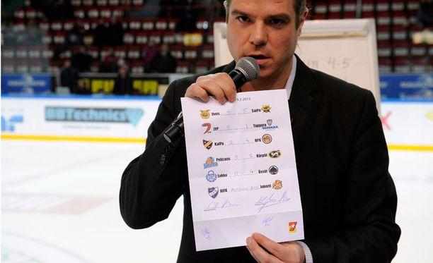 Radiojuontaja Jussi Heikelä esittelemässä tulosliuskaa.