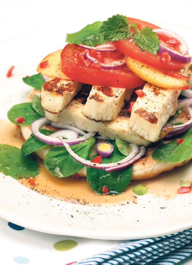 Halloumileivässä yhdistyy juuston suolaisuus hunajan ja persikan makeuteen, johon chili antaa ärhäkän ripauksen.