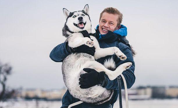 Tomi Kokko reippailee Kunkku-koiransa kanssa.