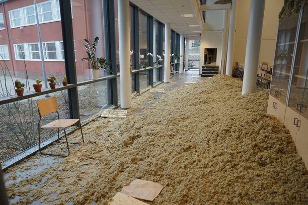 Yöllä romahtanut katto sijaitsee koulun ruokasaliin johtavan käytävän yläpuolella.