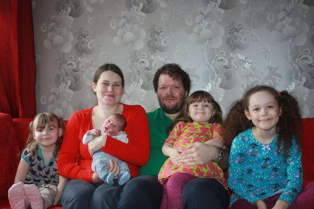 Johanna ja Tero Parjasella on nyt neljä lasta.