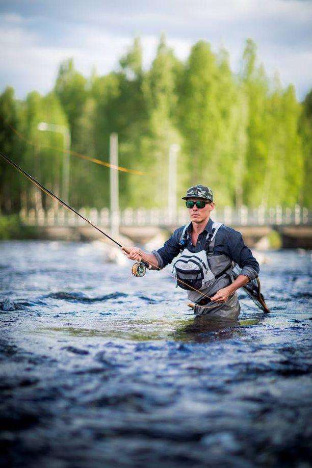 Jasper Pääkkönen kalassa Konnevedellä toukokuussa 2013.