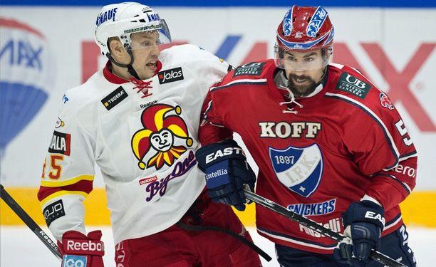 Jarkko Ruutu vääntämässä HIFK:n Trevor Gilliesin kanssa kaudella 2013-14.