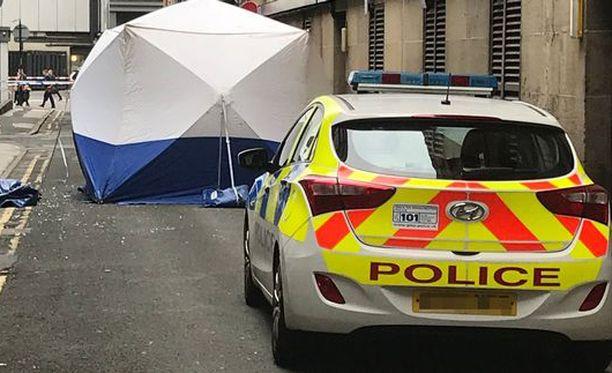 Ylimmän kerroksen ikkuna on rikki ja siitä on pudonnut lasinsirpaleita paikalle, josta miehen ruumis löydettiin keskiviikkoaamuna klo 05.30 paikallista aikaa.