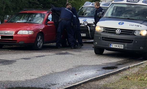 Poliisi haki koiran pois autosta.