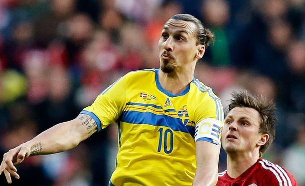 Zlatan Ibrahimovic seuraa MM-kisat katsomosta.