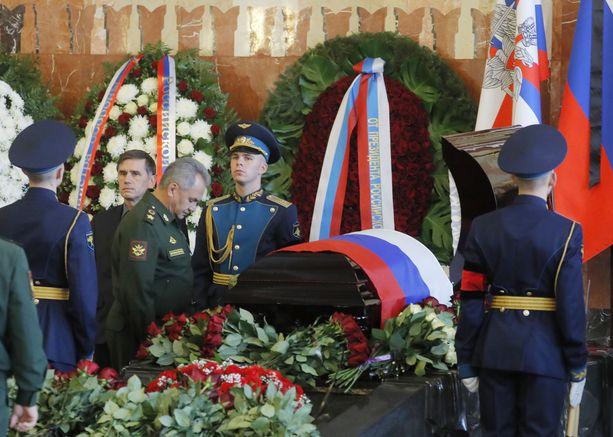 Venäjän puolustusministeri Sergei Shoigu osallistui lokakuun puolivälissä kosmonautti Aleksei Leonovin muistotilaisuuteen. 85-vuotiaana kuollut Leonov teki ensimmäisenä ihmisenä avaruuskävelyn vuonna 1965.