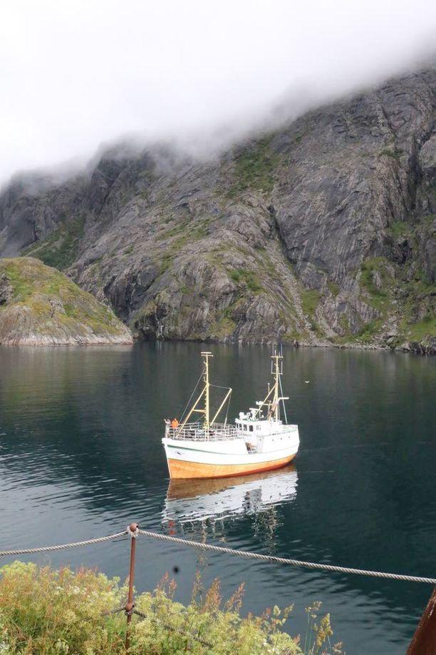 Turisteja kuljetetaan Nussfjordiin vanhoilla kalastajaveneillä. Kylän kalastajamökit on kunnostettu yöpymispaikoiksi.