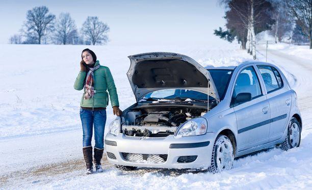 Kyselyn mukaan naiset soittavat ensimmäisenä puolisolleen, jos autoon tulee vikaa.
