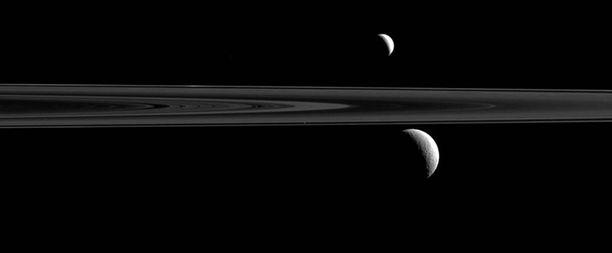 Tässä Cassinin ottamassa kuvassa näkyy Saturnuksen kuita.