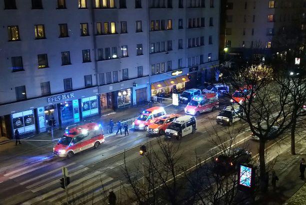 Lukijan kuvassa näkyy, että paikalla oli kello 18 jälkeen useita ambulansseja ja poliisiautoja.