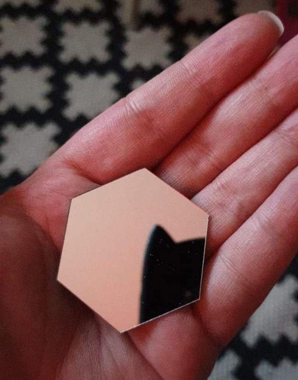 Näin pikkuinen peili tuli postissa Kiinasta asti. Se ei siis toiminut siihen käyttötarkoitukseen, johon Katja Alhajärvi sitä alun perin ajatteli.