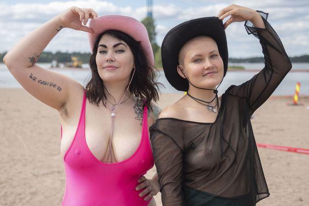 Aktivistikaksikko Säde Vallarén (vas) ja Sandra Marins tulivat tunnetuiksi tempauksesta vuoden 2019 Linnan juhlien virallisilla jatkoilla, jossa Marins näytti rintaansa suorassa lähetyksessä.