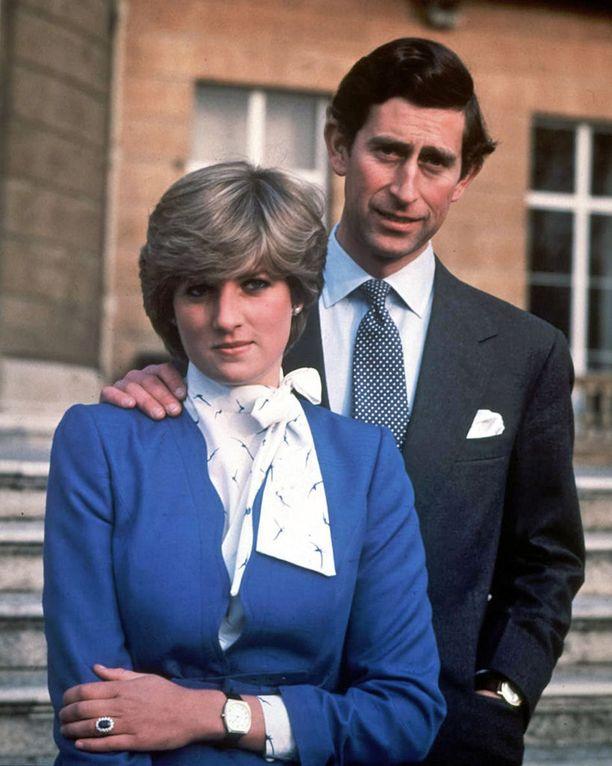 Lady Diana Spencer ja prinssi Charles julkistivat kihlauksensa helmikuussa 1981. Prinsessa Dianan kuuluisaa kampausta kopioitiin ympäri maailmaa.