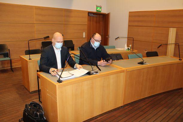 Jari Halttunen (oik.) valittiin Äänekosken kaupunginvaltuustoon perussuomalaisista, mutta sitten hän erosi puolueesta ja siirtyi keskustan valtuustoryhmään.
