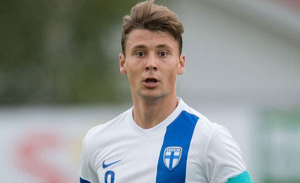 18-vuotias Kaan Kairinen komentaa alle 21-vuotiaiden keskikentällä.