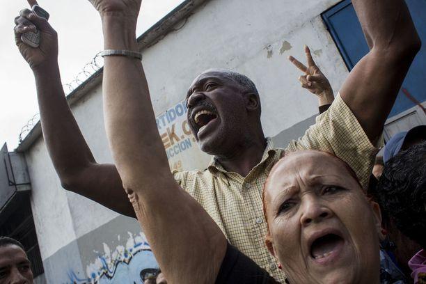 Ihmiset osoittivat mieltään ruokapulaa vastaan Caracasissa.