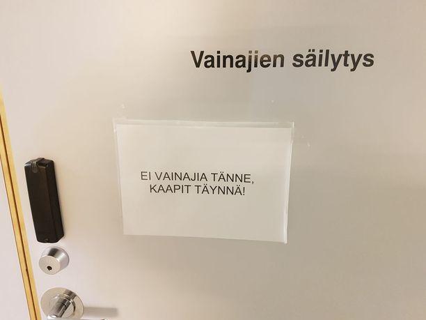 Tyly lappu oli kaikkien nähtävillä vapun aikaan Hatanpään sairaalan maanalaisella käytävällä, joka johtaa kahvioon.
