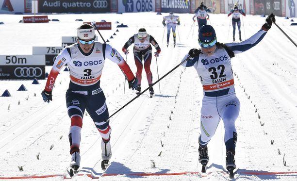 Krista Pärmäkoski venytti voittoon ennen Marit Björgeniä Falunin 10 kilometrin yhteislähtökilpailussa. Kuvan saa suuremmaksi klikkaamalla.