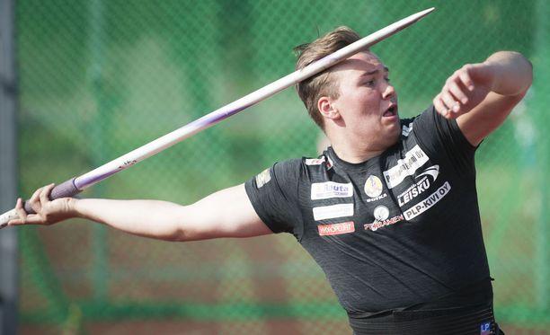 Teemu Narvi heitti sunnuntaina Pihtiputaan Keihäskarnevaaleilla tuloksen 72,97.