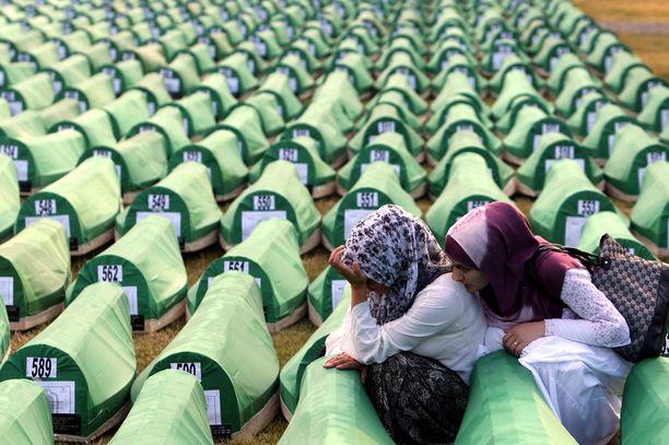 Bosnialaiset musliminaiset surivat arkkujen äärellä vuonna 2010, kun 775 tunnistettua joukkomurhan uhria haudattiin.