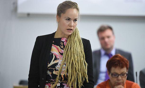 Lakialoitteen puolesta puhuu eduskunnan naisverkoston puheenjohtaja, kansanedustaja Hanna Sarkkinen (vas).