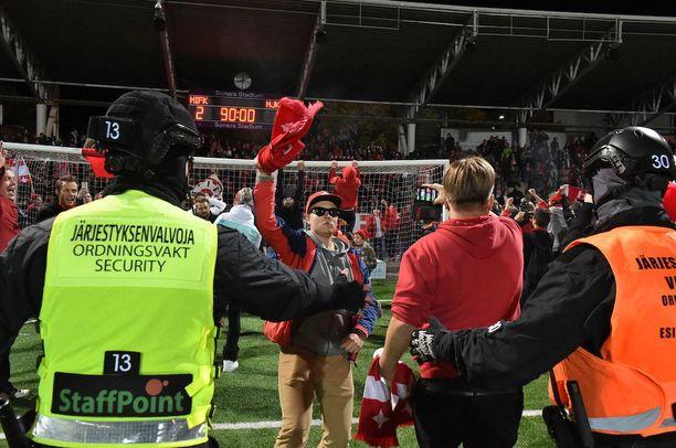HIFK:n kannattajat tulivat kentälle viime syyskuun derbyvoiton jälkeen.