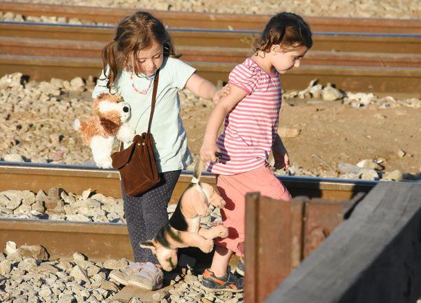 Kuvissa pakolaislapsia tiistaina Kreikan ja Makedonian välisellä rajalla. Nämä lapset olivat siitä onnekkaassa asemassa, että tekivät matkaa perheidensä kanssa.