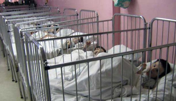 Lapset joutuvat viettämään joskus vuosikausiakin sänkyihinsä kahledittuina.