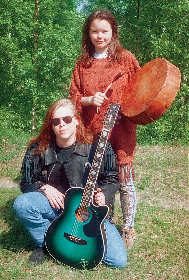 Maaren Aikio vaikutti 90-luvulla Shamaani Duossa. Duon toinen osapuoli oli hänen ex-miehensä Jonne Järvelä.