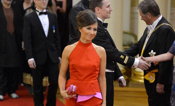 Viime itsenäisyyspäivänä kihlautunut Pelkonen sädehti linnassa oranssissa puvussa.