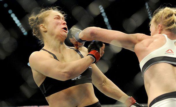 Ronda Rousey joutui todistamaan Holly Holmin paremmakseen.
