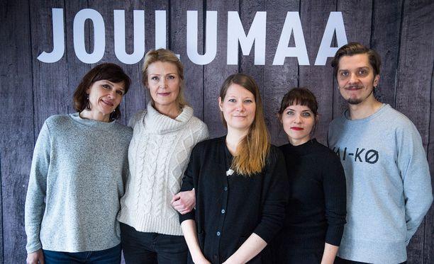 Joulumaassa nähdään muun muassa Mari Rantasila, Milka Ahlroth, Anna Paavilainen ja Eero Ritala. Keskellä ohjaaja Inari Niemi.
