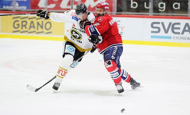 Markus Kankaanperällä (oik.) on kova työ pysäyttää Kärppien Kristian Vesalainen.