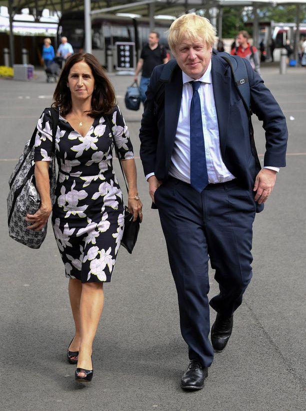 Johnson ja Wheeler ovat lapsuudenystäviä, jotka kohtasivat toisensa uudestaan aikuisiällä. Wheeler on ammatiltaan asianajaja ja antoi Johnsonille juridista apua poliitikon erotessa ensimmäisestä vaimostaan.