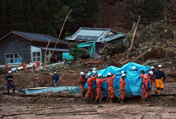 Paikallisen palokunnan jäsenet osallistuivat pelastustehtävään Ashikitassa, Kumamoton alueella.