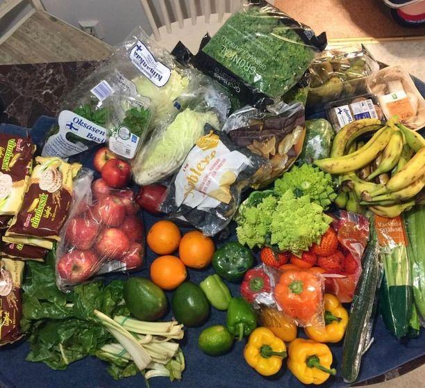 Hedelmiä, vihanneksia ja yrttejä, roskiksista löytyy valtavat määrät täysin syömäkelpoista ruokaa.