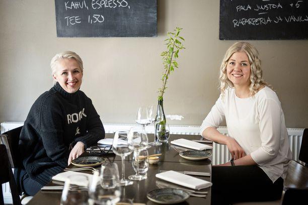 Anna Perho ja Anni Turpeinen tapasivat lounaalla Ravintola Aitossa.